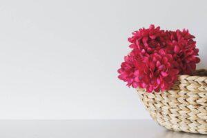 Sztuczne kwiaty w doniczce jak żywe